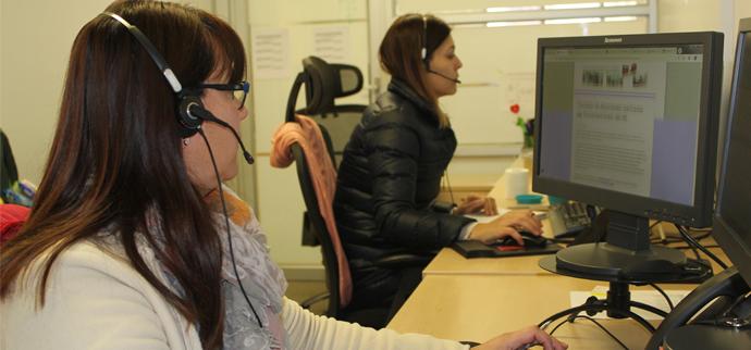 dos funcionarias del call center mirando su pantalla